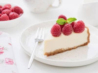 La cheesecake alla ricotta è uno di quei dolci freddi che proprio dovete saper fare: vediamo come!