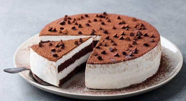 La cheesecake al tiramisù è semplicemente perfetta: ecco come prepararla