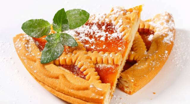 Semplice da preparare e buonissima: è la crostata di marmellata di albicocche