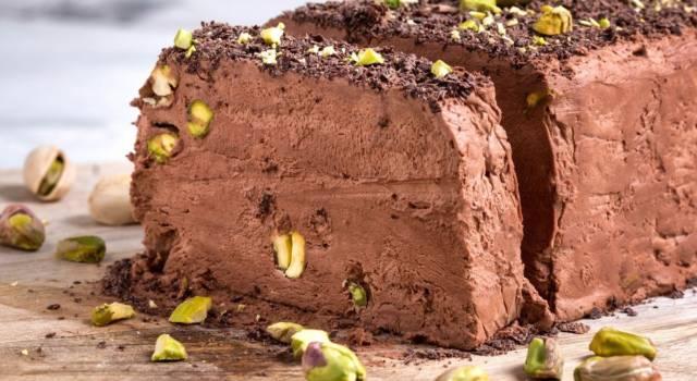 Torta semifreddo al cioccolato con pistacchio croccante: una gioia per il palato!