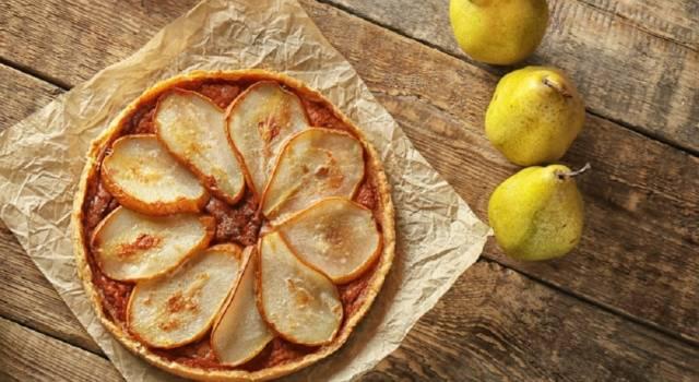 Crostata di pere con amaretti e cioccolato: una ricetta imperdibile!