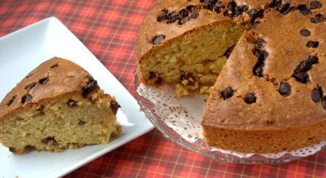 Se cercate un dolce buono e semplice da fare, dovete provare la torta con gocce di cioccolato!