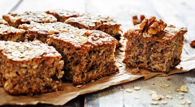 Morbida, facile da fare e perfetta per la colazione: è la torta di noci!