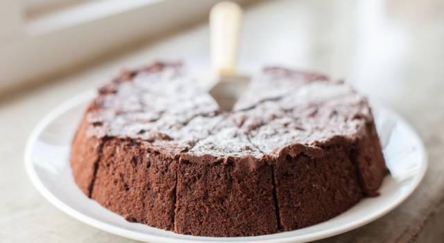 Morbida e super golosa: è la torta caprese al cioccolato!