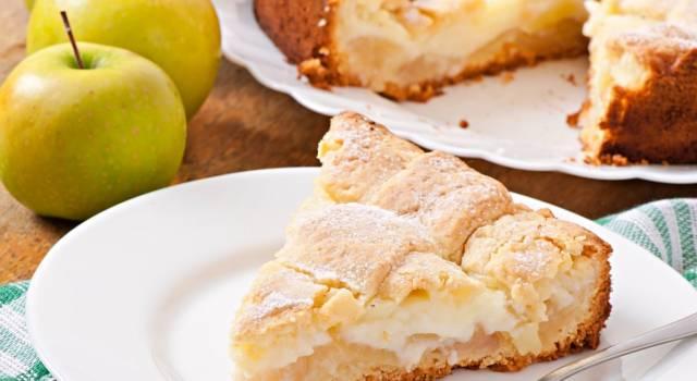 Elegante e golosissima: è la torta di mele con crema pasticcera