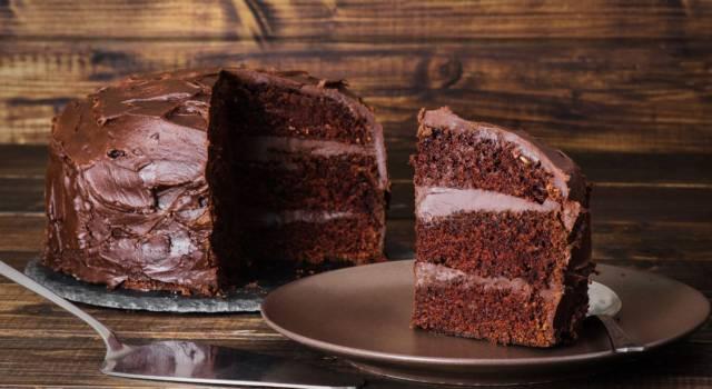 Alta, soffice e perfetta per gli amanti del cioccolato: è la devil's cake!