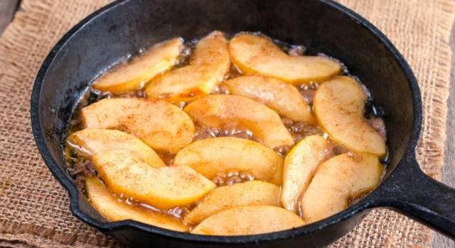 Le mele caramellate sono un dolcetto di frutta davvero prelibato: una tira l'altra!