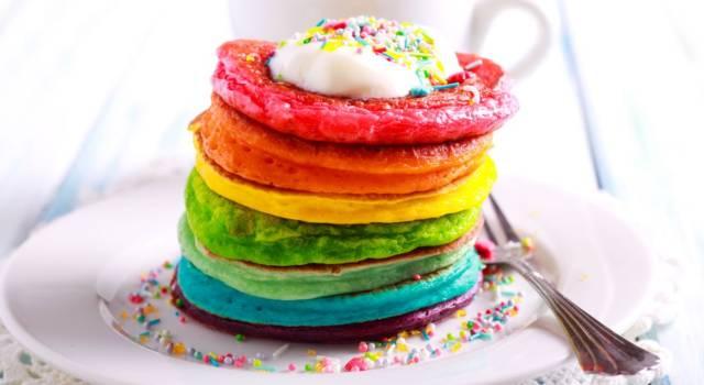 Sono così belli che è impossibile non incantarsi davanti ai rainbow pancake: ecco la ricetta!