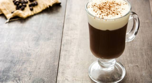 Buonissima bevanda a base di whiskey e caffè: è l'Irish coffee!