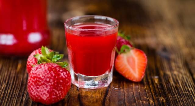 Perfetto a fine pasto o come bagna per i dolci: è il liquore alle fragole