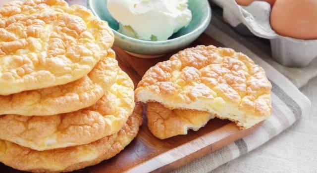 Assomiglia a una nuvola ed è facilissimo da fare: è il pane (dolce) senza farina