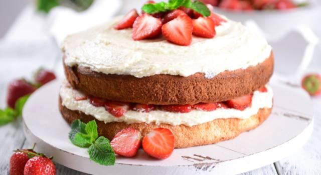 E' giunto il momento di preparare la nude cake alle fragole: ecco la ricetta