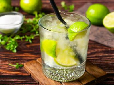 Caipiroska: il cocktail pestato con vodka, lime e zucchero