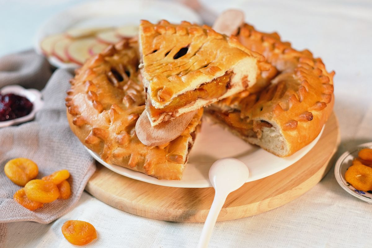 crostata chiusa con albicocche