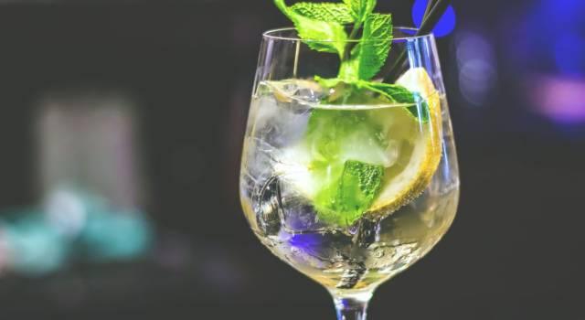 Prepariamo il cocktail Hugo, la famosa variante dello Spritz con sciroppo di sambuco