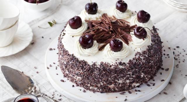 Torta foresta nera: un dolce libidinoso carico di ciliegie, crema chantilly e cioccolato!