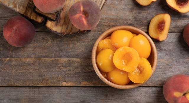 Conservare la frutta estiva è facilissimo: prepariamo le pesche sciroppate!