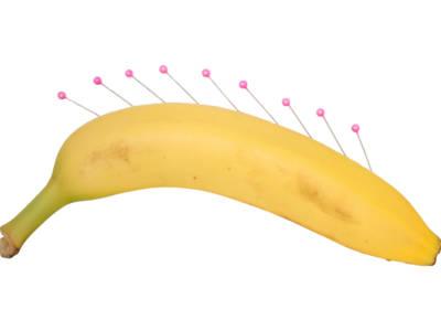 Infila l'ago in una banana… ed ecco cosa succede!