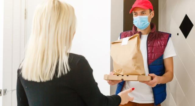 Cosa succede se il nostro cibo d'asporto è preparato da un cuoco infetto da Coronavirus?
