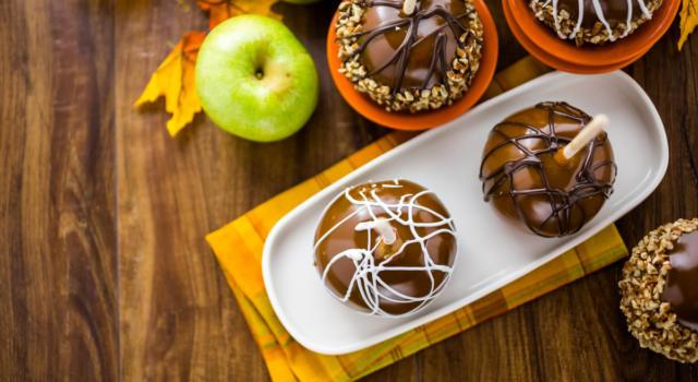 Una cascata di cioccolato rende tutto più buono: ecco le mele al cioccolato!