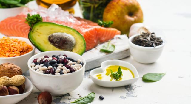 Abbassare il colesterolo grazie al cibo: è possibile?