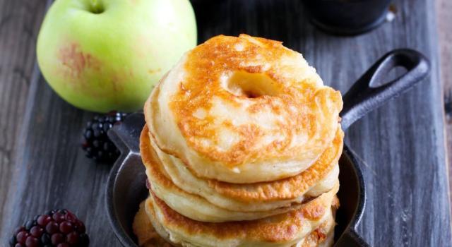 Che profumo in cucina… sono le deliziose frittelle di mele al forno!
