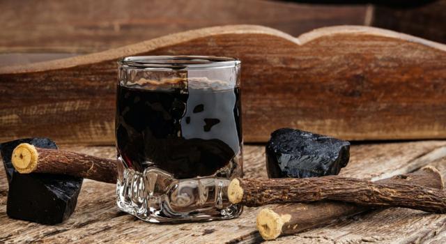 Il liquore alla liquirizia è uno dei digestivi più buoni: scommettiamo?!