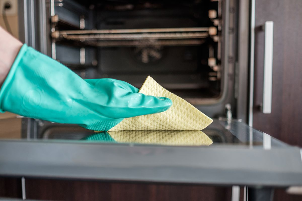 pulire il forno con il limone