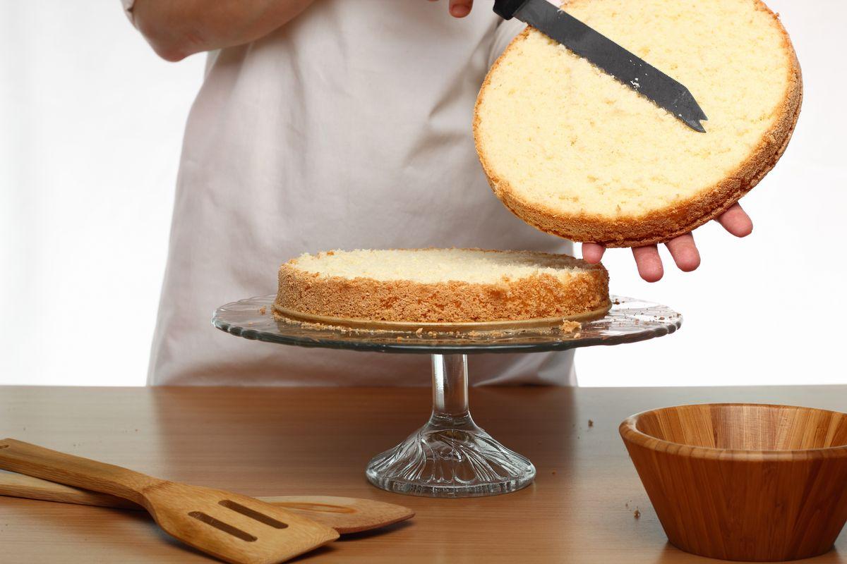 Tagliare il pan di Spagna per assemblare la torta