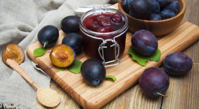 Prugne sciroppate: la ricetta per conservarle con gusto