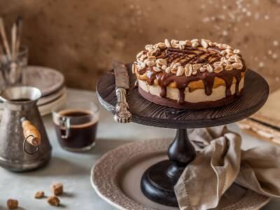 Torta snickers, un dolce freddo ispirato alle famose barrette
